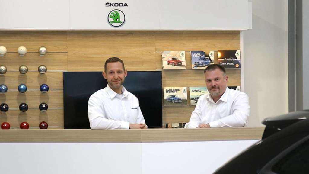 Patrick Wiemer und Stefan Vey im neuen Škoda Showroom. / Foto: ams marketing